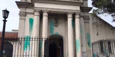 Agresión en la Catedral de Moreno: amaneció con manchas de pintura verde en la fachada