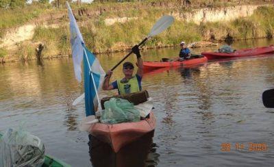 Kayakistas retiraron 61 bolsas de basura del arroyo