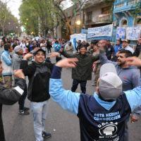 Tensión y toma por la interna de UOCRA y la amenaza de 400 despidos en La Plata