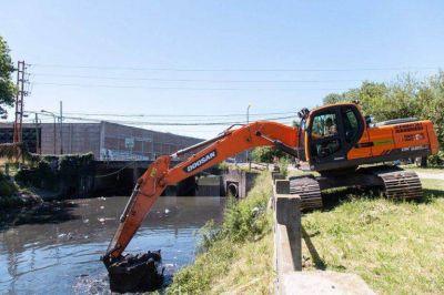 Continúan la limpieza de los arroyos en la zona oeste del distrito