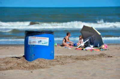 Playas limpias: comenzaron a instalar decenas de cestos de basura a lo largo de la playa geselina