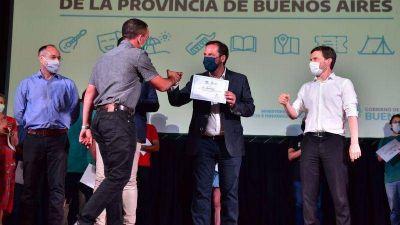 Sujarchuk y Costa entregaron subsidios a 39 entidades de Escobar y recorrieron las obras del Mercado Municipal del Paraná de Las Palmas