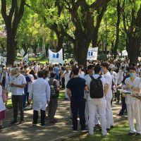 Murió el jefe de Obstetricia del Ramos Mejía en plena marcha de médicos a la jefatura de Gobierno porteño