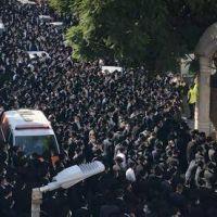 Miles de personas asisten al funeral del principal rabino de Jerusalén mientras crece el nivel de contagios Covid