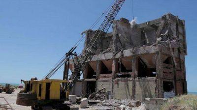 Avanza demolición del silo arenero abandonado hace años en Escollera Sur
