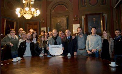 Universidad de La Plata despidió a Sabella, al que habían declarado Huésped de Honor