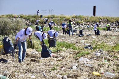 Realizan la limpieza costera en la desembocadura del Arroyo Napostá