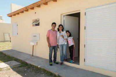 Entregan viviendas a 364 familias del barrio La Perla de Moreno
