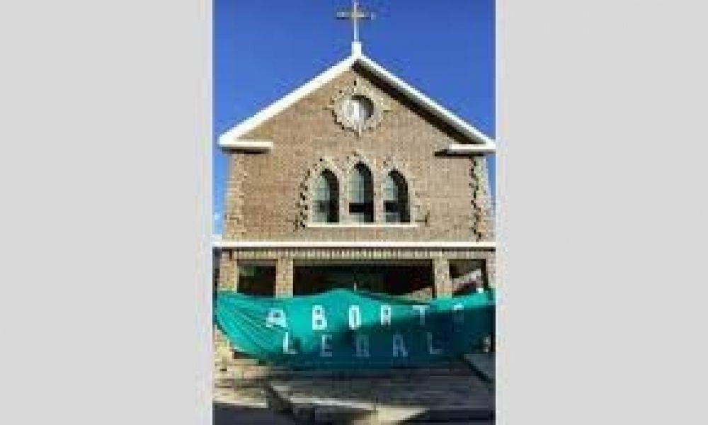 Colgaron una bandera a favor del aborto en la parroquia de Chos Malal