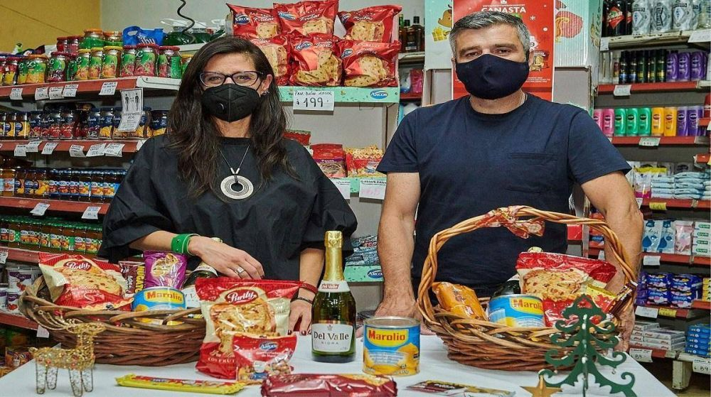 Juan Zabaleta y Paula Español presentaron la Canasta Popular Navideña en Hurlingham