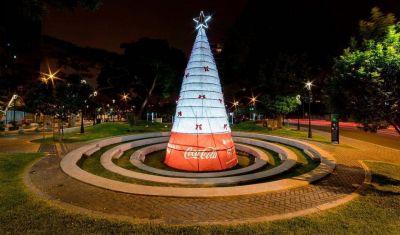 Coca-Cola Perú instala árbol navideño hecho de botellas recicladas