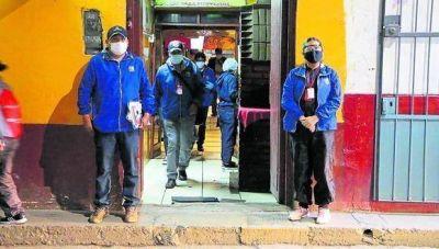 Anticuchería en Huancayo que vendía gaseosas y cervezas vencidas fue multada