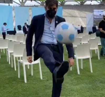 Carlos Bianco mostró sus habilidades futbolísticas con una pelota de Néstor Kirchner