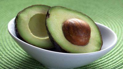 Comer aguacate a diario ayuda a mejorar la salud intestinal, según un estudio