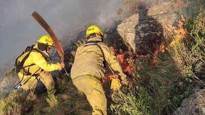 Dotaciones de la región combaten un incendio en Calamuchita: el fuego inició hace 4 días