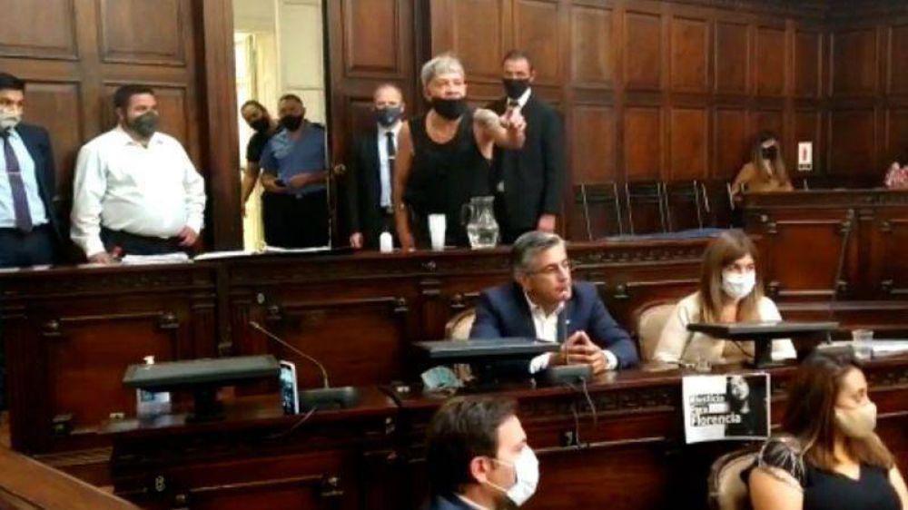 Quién es el docente que irrumpió en la sesión del Senado