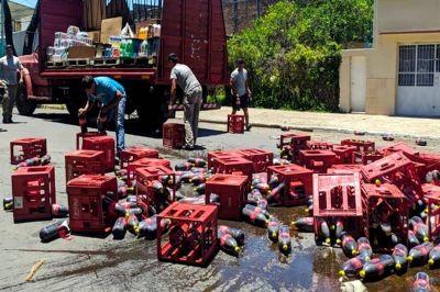 En hora pico, una transitada avenida de la ciudad se llenó de botellas de gaseosas