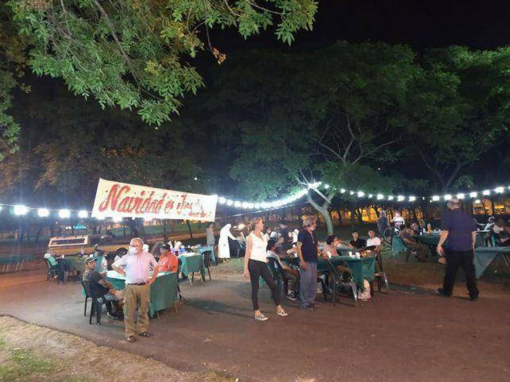 La plaza se convirtió en un festivo asado navideño solidario
