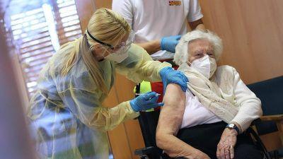 Ancianos y trabajadores de la salud, los primeros en ser vacunados en Europa