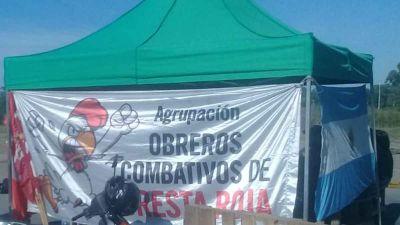 Trabajadores despedidos de Cresta Roja acampan frente a la Municipalidad de Esteban Echeverría