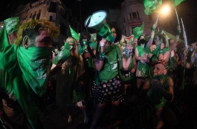 Cantos, baile y lágrimas de emoción en los festejos por la legalización del aborto