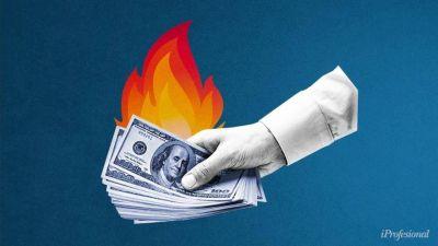 Verano, al ritmo del dólar blue: el paralelo sube y la brecha vuelve al 90%, ¿qué esperan para enero los expertos?