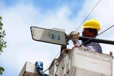El Municipio Brown instala más de 2 mil luces led en corredores escolares