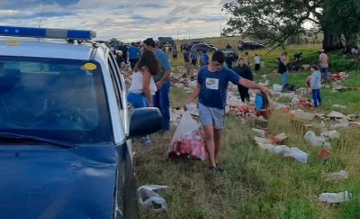 Cerveza gratis: así saquearon al camión que perdió su carga luego de una brusca maniobra