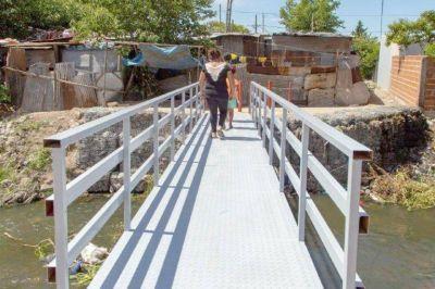El Municipio refacciona un puente peatonal