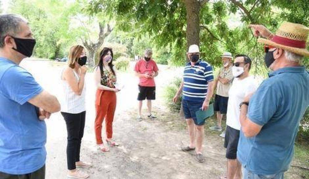 Alonso y Carrizo con los vecinos de Parque Natura