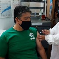 Arévalo se vacunó e instó a trabajadores de salud a sumarse