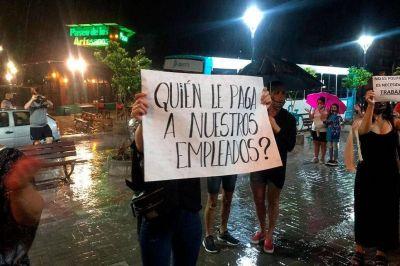 Fuerte rechazo al cierre de madrugada. Un grupo de comerciantes se manifestó bajo la lluvia por el horario de restricción