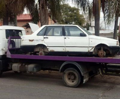 El Municipio retira vehículos abandonados en la vía pública