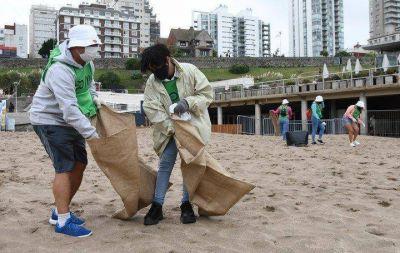 """La """"brigada verde"""" de la playa: así trabajan los voluntarios que limpian la basura que queda en la arena"""