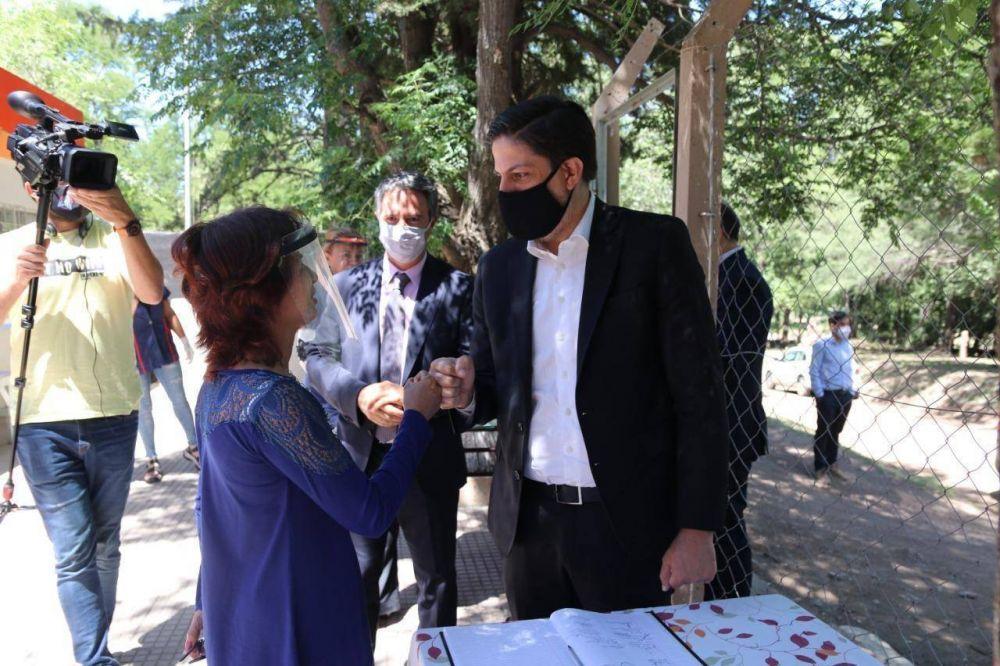 El ministro Trotta visitó la escuela rural del paraje Los Puquios, una de las que retornó a las aulas