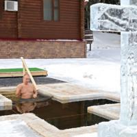 Putin se sumerge en agua helada en la fiesta ortodoxa de Epifanía