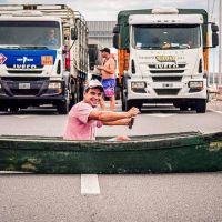 Camioneros cortan el puente Victoria-Rosario