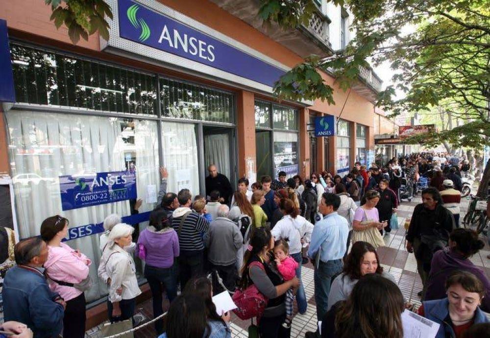 El país de los planes sociales: la mitad de los argentinos recibe al menos uno