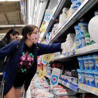 En medio de la suba de alimentos, el Gobierno extenderá la medida de control de precios más cuestionada por los empresarios