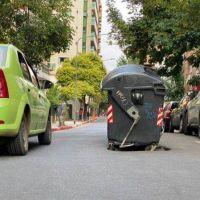 Nueva Córdoba: vecinos tapan bache con un contenedor
