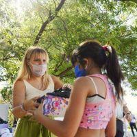 El Municipio de Echeverría entregó zapatillas e insumos a más de 1000 chicas y chicos del programa