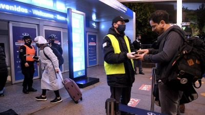 El Gobierno formalizó la restricción de vuelos a Estados Unidos, Europa y Brasil