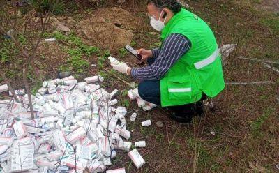 Encuentran cientos de medicamentos caducos en un lote baldío en Veracruz