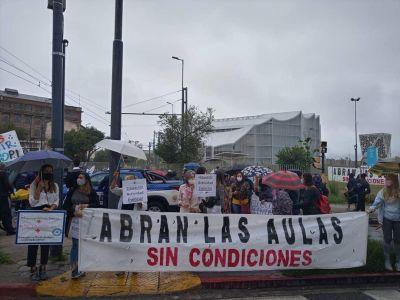 Familias protestaron frente a la Legislatura por el derecho a la educación