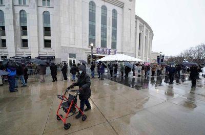 Nueva York abre un macrocentro de vacunación en el estadio de los Yankees para acelerar el proceso
