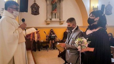 La Iglesia cuestionó al cura que casó en Ushuaia a una mujer trans