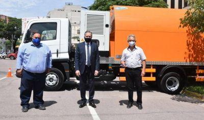 El jefe de Gabinete entregó camiones a las municipalidades de Beltrán y de Añatuya