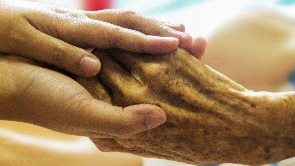 Paglia: revisión seria del sistema de asistencia a ancianos