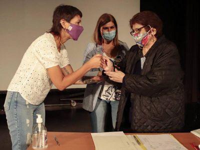 Mayra en la firma de expedientes de escrituras para 65 familias de Quilmes