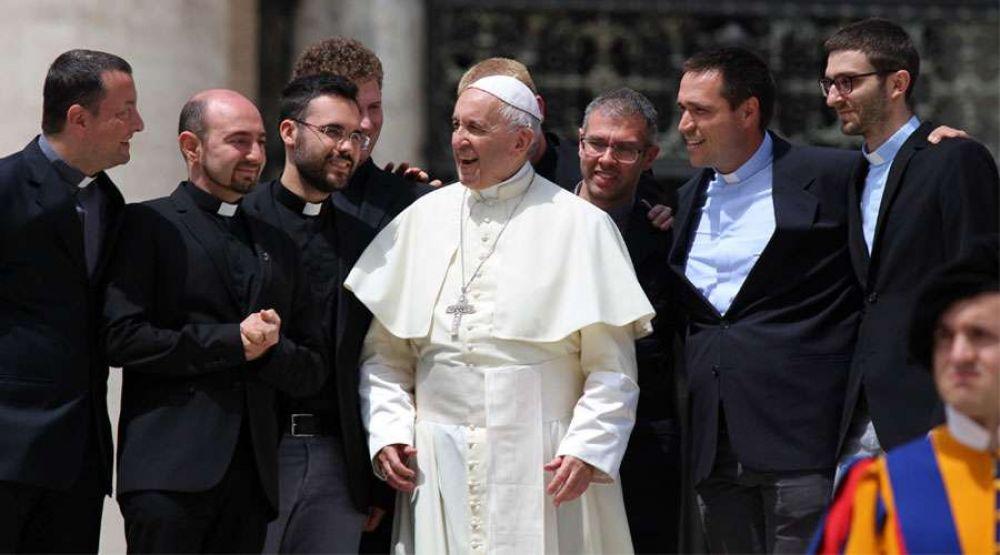 """El Papa reconoce a los sacerdotes que confiesan con compasión y no con """"látigo"""""""
